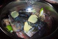 剁椒鱼头,先将鱼头洗干净,放上白酒,葱段,花椒,白胡椒,盐姜片腌制20分钟