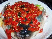 剁椒鱼头,在鱼头上放一层剁辣椒