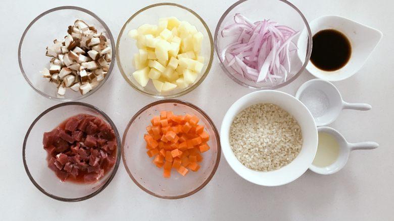 宝宝辅食:有饭、有菜、有肉,啥都有的土豆牛肉焖饭!18M+,准备好所有食材,大米提前30分钟-1个小时浸泡,牛肉切丁(因为是宝宝吃,小芽切成0.8cm见方),胡萝卜、土豆切小块,洋葱、香菇切细丁。 》小芽用的是新鲜香菇,大家也可以用新鲜香菇。 》如果用干香菇,在挑选干香菇时,菇肉厚实,菇面平滑,色泽黄褐或黑褐,好菇面稍带白霜,干燥,碎的比较好。香菇中含有一种一般蔬菜缺乏的麦角固醇和菌甾醇,它在日光照射下可转化为维生素D,能促进人体对钙的吸收。