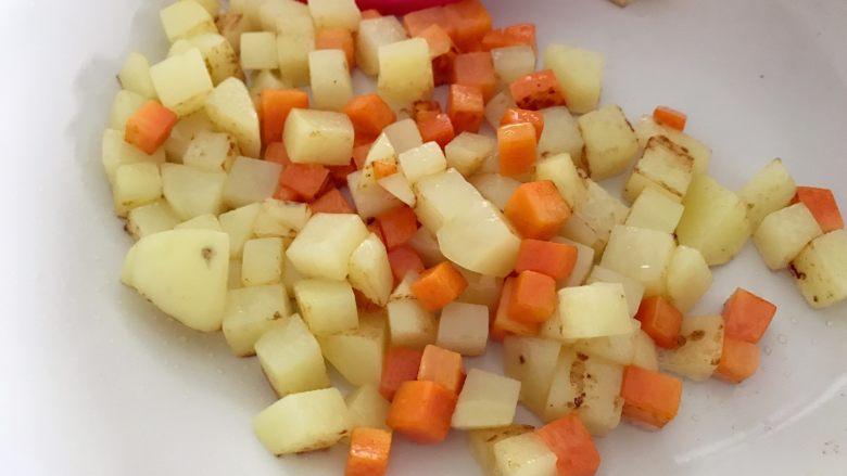 宝宝辅食:有饭、有菜、有肉,啥都有的土豆牛肉焖饭!18M+,此时另外准备一个锅,热锅,少许油,倒入土豆和胡萝卜,中火翻炒至变色变软,表面微黄是最好。