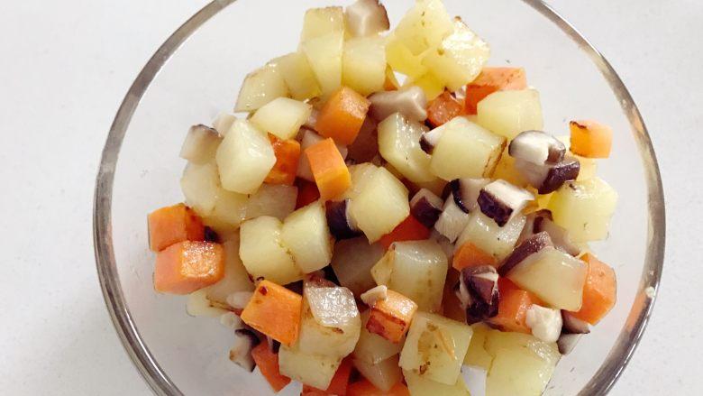 宝宝辅食:有饭、有菜、有肉,啥都有的土豆牛肉焖饭!18M+,再倒入香菇,继续翻炒2-3分钟,出锅备用。