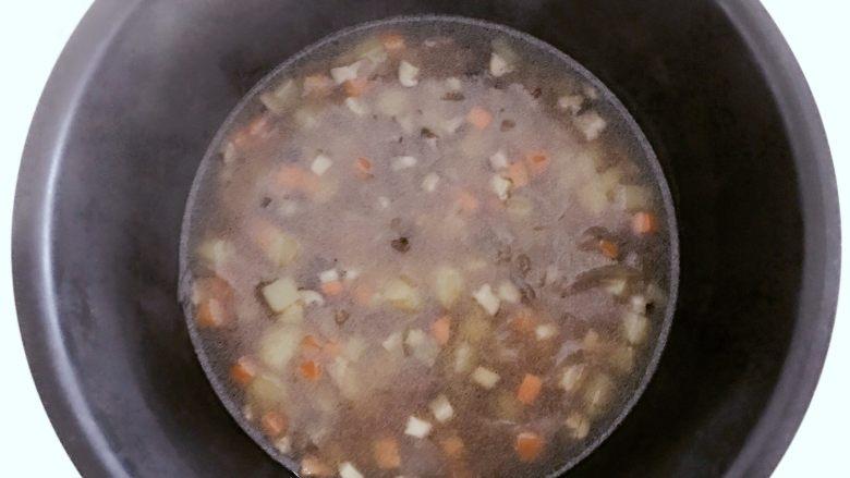 宝宝辅食:有饭、有菜、有肉,啥都有的土豆牛肉焖饭!18M+,把浸泡好的大米放入电饭锅,倒入步骤9的所有食材和汤料,并且翻拌均匀,按下电饭锅煮饭模式就可以了。