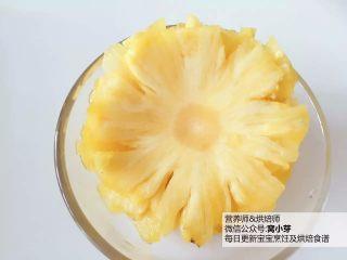 宝宝辅食:天然健康又美美的烤菠萝花:面向,准备好所有食材。将菠萝去皮切成薄片(小芽厚度在5mm左右)。 》切得越薄,最后口感越脆,也可减少烘烤时间,所以尽量切薄哈!