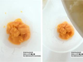 宝宝辅食:南瓜银耳羹,将蒸熟的南瓜放入料理机中,倒入炖煮后的银耳,连汤一起倒入。