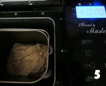 全麦桂花甜酒酿面包,将面团放入面包机桶内,加入酵母,(酵母不要直接跟糖盐接触)蜂蜜,盐,桂花等,选程序4和面搅拌20分钟