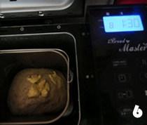 全麦桂花甜酒酿面包,再加入软化的黄油,选程序然后选择8和面发酵的程序,(面包机显示时间为1:30分)和面20分钟后面包机停止揉面,(面包机显示时间为1:10分)一共前后两次揉面40分钟搅拌完成。进入发酵程序。发酵时间自己控制,不一定非要1小时,用手压面团,指印不回弹就行