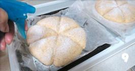 全麦桂花甜酒酿面包,放置温暖湿润处,最后发酵约40分钟。表面筛少许高筋粉。有喷雾器可略喷水,无可省略