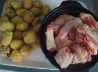 板栗焖鸡,把板栗洗净沥干水分,鸡只斩件备用