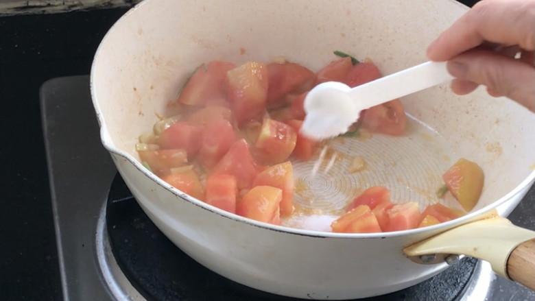 西红柿炒土豆丝,加入所有食材所需的盐,炒匀至西红柿出汁水