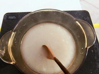 宝宝辅食:橘子酪&橘酪圆子,锅中倒入200ml清水,等水烧到微热后,把水淀粉倒入,一边倒一边用勺子搅拌,搅拌成均匀没有硬块。