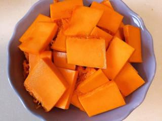 金汤鱼,南瓜切片,放入蒸锅蒸15分钟。