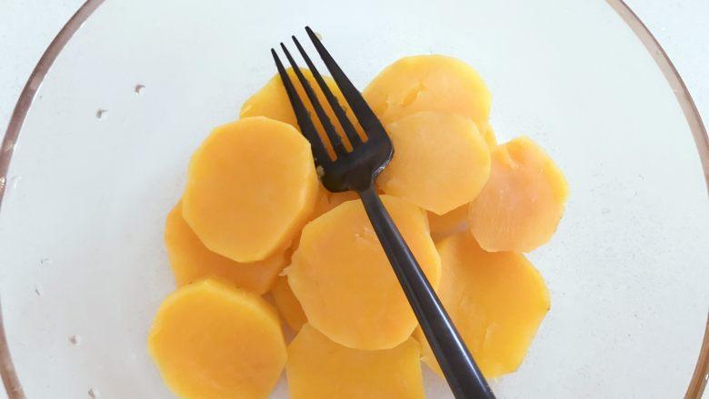 宝宝辅食:红薯芝麻曲奇,将地瓜切片,放入蒸锅中大火蒸15分钟左右取出,尽量切薄片,比较容易熟。 》建议和小芽一样,平摊蒸熟,放碗里水分会更大些。 》蒸的时间,大家根据自身情况调整,蒸到软烂为止。