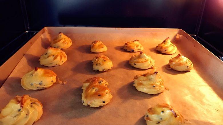宝宝辅食:红薯芝麻曲奇,重新放入烤箱,150度,上下火,中层,继续烤15分钟左右,看到红薯曲奇表面变色就差不多了了。 》烘烤时间可能因为各家烤箱性能火力不同,烤温和时间可能略有差异,大家一定要摸清楚自家烤箱的脾气哈。如果大家比较喜欢软软的口感,可以将第二次烤的时间减至10分钟,15分钟表层会有点结皮的口感。