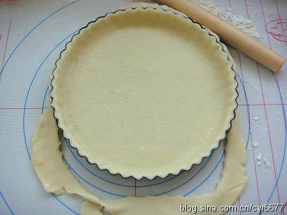 奶香南瓜派 ,将松驰好的面团取出擀成0.3厘米左右的片,盖在派盘上,用擀面杖在派盘上滚过,切去多余的边缘
