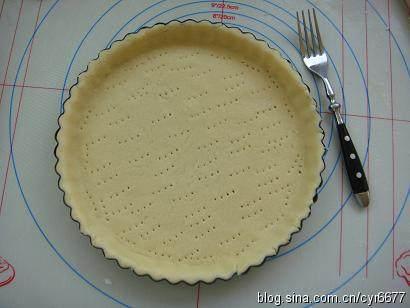 奶香南瓜派 ,用刃子在派底扎孔,以免烤制的时候,底部鼓起,整理好的派皮放置十分钟以上松驰,否则进烤箱后回缩。此时,预热烤箱至200度