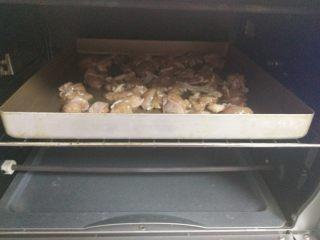 黑椒鸡肉披萨,入预热好的烤箱,180度15分钟。烤好后取出冷却备用。