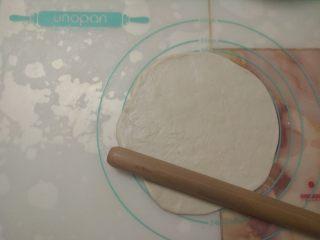 黑椒鸡肉披萨,取其中一份面团,擀成圆饼状。