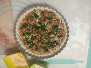 黑椒鸡肉披萨,再撒上适量马苏里拉芝士,放上青椒、烤好的鸡肉。