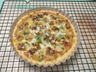 黑椒鸡肉披萨,取出烤好的披萨,脱模后即可。