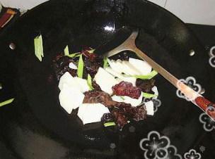 焦糖核桃小炒山药木耳,再加入山药和芹菜,翻炒片刻