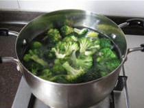 香辣鲈鱼,沸水中加入适量盐(分量外)和一滴油,焯烫西兰花至熟