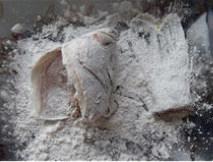 香辣鲈鱼,鱼头和鱼尾均匀拍上一层干面粉