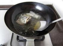 香辣鲈鱼,下入约6、7成热的油锅中
