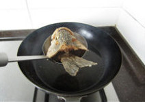 香辣鲈鱼,炸至金黄酥脆,捞出沥油备用