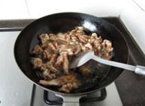 香辣鲈鱼,原油锅关火,冷却1、2分钟至油温5、6成热时,再次开火,下入鱼片和鱼骨滑熟