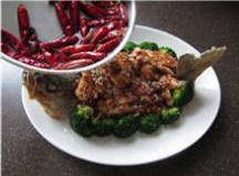 香辣鲈鱼,闻到辣椒的焦香味时,连油带辣椒一起浇在鱼肉和西兰花上