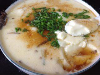 鲫鱼炖蛋,如图蒸锅上气后再下锅蒸约l5分钟汤凝固就可以出锅了   撒点胡椒粉 香葱 淋上蒸鱼豉油就可以端上桌享用啦