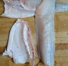 杏鲍菇爆鲈鱼,沿着脊骨把鱼肉给剔下,然后再剔下腹部上的刺