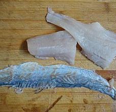 杏鲍菇爆鲈鱼,拿刀贴鱼皮把鱼肉给割下