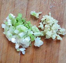 杏鲍菇爆鲈鱼,姜和葱切碎