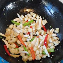 杏鲍菇爆鲈鱼,加入鱼肉粒炒