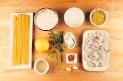 鲜虾奶油意面,准备好食材。