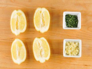 鲜虾奶油意面,大蒜切末,柠檬纵向切成4瓣,欧芹切碎。虾洗净,用厨房纸吸干水分,放入盐和少许胡椒粉腌制。