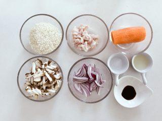 宝宝辅食:省力又好吃的橙色能量饭,准备好所有食材,五花肉切薄片,洋葱、香菇切细丁。大米提前30分钟浸泡。 》如果用干香菇,需提前浸泡较长时间,不然不易于咀嚼。 》在挑选干香菇时,菇肉厚实,菇面平滑,色泽黄褐或黑褐,好菇面稍带白霜,干燥,碎的比较好。香菇中含有一种一般蔬菜缺乏的麦角固醇和菌甾醇,它在日光照射下可转化为维生素D,能促进人体对钙的吸收。