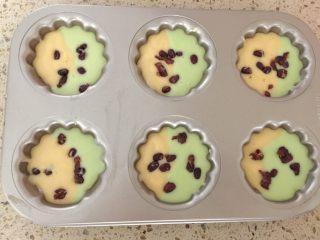 淡奶油蜜豆玛德琳,冷藏后将裱花袋剪个口,交替倒入两种面糊,撒入蜜豆。