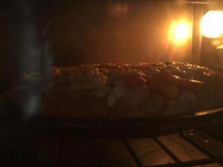 培根时蔬披萨, 烤箱预热190度5分钟,然后放入披萨烘烤10分钟至芝士融化即可。