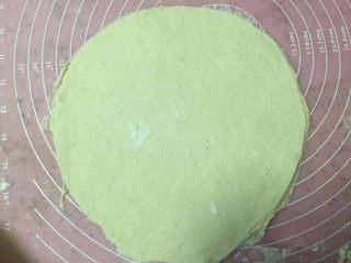 培根时蔬披萨,擀成大圆片。