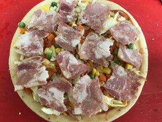 培根时蔬披萨,铺上所有的蔬菜粒,最上面铺上培根块儿。