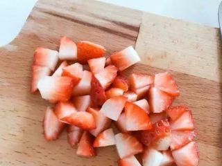 宝宝辅食:水果小圆子-36M ,<a style='color:red;display:inline-block;' href='/shicai/ 592/'>草莓</a>不要去叶头,用清水冲洗一遍,然后水中浸泡15分钟,此时可让大多数的农药随著水溶解。然后将草莓去叶子,放入淡盐水中泡5分钟,再用凉白开冲洗干净,切小丁备用。