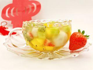 宝宝辅食:水果小圆子-36M ,倒入温开水,五彩缤纷又热乎乎的水果小圆子就做好啦,赶紧开动吧。 》小芽没有直接把水果放入煮汤圆的水中煮,而是这样操作,可以尽量减少水果中营养的损失哈。