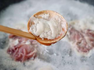 彩椒鸡腿饭,撇去浮末,继续煮1分钟左右去除血水。