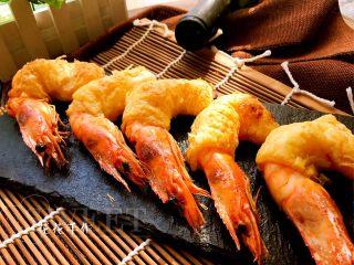 酥皮大虾,将大虾放入烤箱中层190度上下火烤制15分钟。