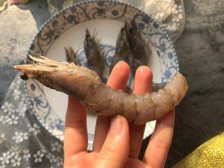 酥皮大虾,将大虾保留头部其他部分去壳去虾泥。
