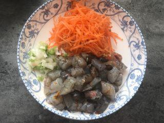 角瓜鲜虾包,胡萝卜切细丝,大虾去壳去虾泥切成大块儿,再切一些葱花。