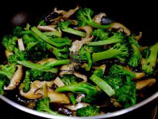 素炒香菇西兰花,炒至西兰花变色,微微变软时调入适量盐,炒匀关火。