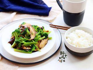"""素炒香菇西兰花,配上一小碗米饭,尽情享""""瘦""""!"""